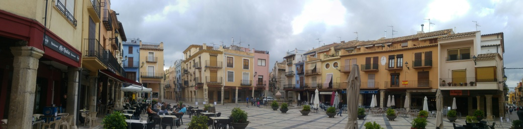 foto Plaza mayor porticada sant manteu.jpg