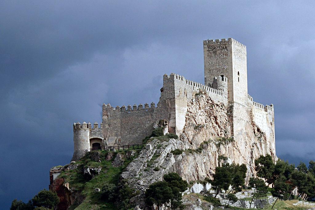 1024px-Castillo_de_Almansa_sobre_el_cerro_del_Aguila.jpg