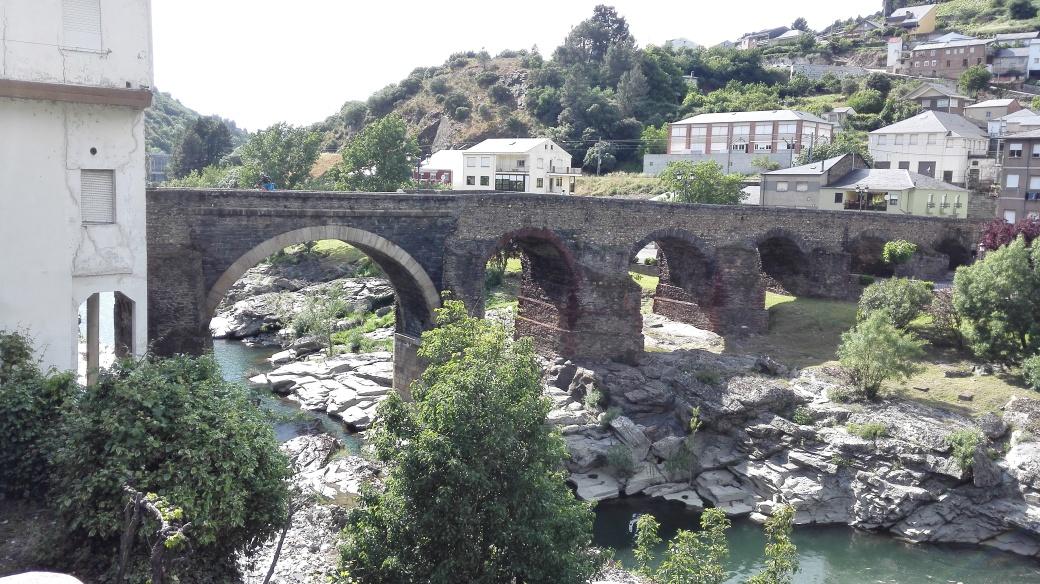 Puente romano de Sobradelo sobre el río Sil - Orense